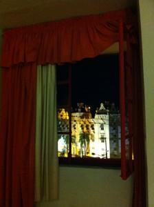 Nächtlicher Blick aus dem Fenster des Hotels
